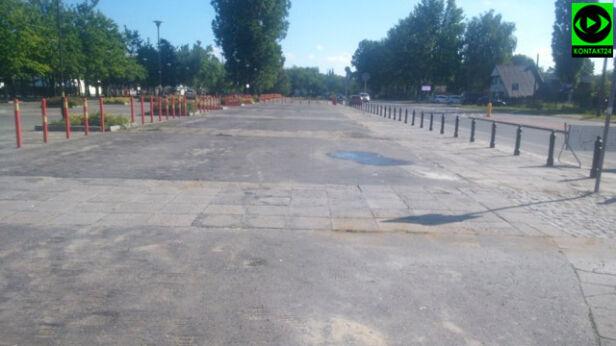 Słupki na prowizorycznym parkingu Kontakt 24 / sowa 16
