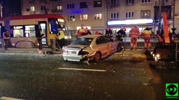 Zderzenie dwóch aut na Grochowskiej warszawa@tvn.pl