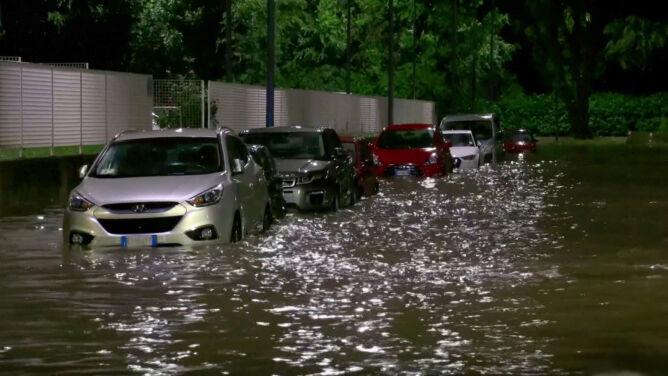 Ulice zamieniły się w rzeki. <br />Zalania po burzach w Mediolanie