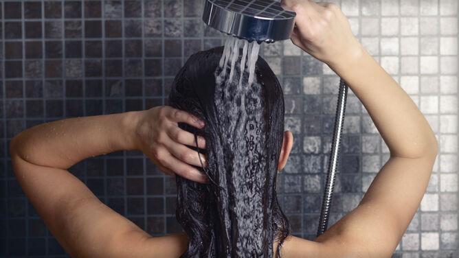 Czy lepiej brać prysznic rano, czy wieczorem? Sprawdź, co radzą naukowcy