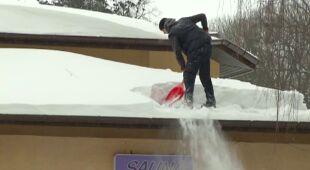 Odśnieżanie dachów na Rzeszowszczyźnie (TVN24)